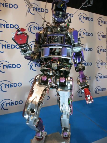 도쿄대가 개발한 재난대응 휴먼노이드로봇 잭슨. 키 188㎝, 몸무게 127㎏인 잭슨은 먼지와 물이 침투하지 않도록 각 부품이 밀봉돼 있다. 두 다리로 서있기 어려운 현장에서는 네 다리로 엎드려서 움직일 수도 있다. - 박종오 전남대 로봇연구소장 제공